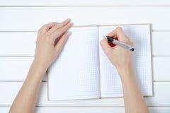 Penna femminile del blocco note della mano Fotografia Stock Libera da Diritti