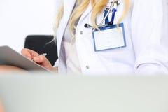 Penna femminile dell'argento della tenuta della mano di medico della medicina Immagini Stock