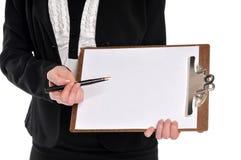penna för holding för affärskvinnaclipboardclose upp Arkivfoto