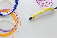 Penna gialla 3D e filamenti colourful su fondo bianco Vista superiore Copi lo spazio per testo Immagine Stock