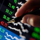 Penna i finansiellt diagram för hand Royaltyfri Foto