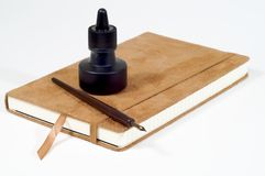 Penna, inchiostro e giornale Immagini Stock