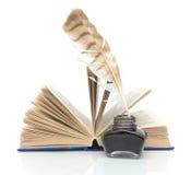 Penna, inchiostro e un libro su una priorità bassa bianca Fotografia Stock Libera da Diritti
