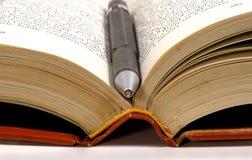 Penna in libro Immagini Stock
