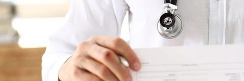 Penna maschio dell'argento della tenuta della mano di medico della medicina Immagine Stock Libera da Diritti