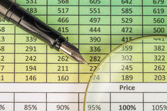 Penna, occhiali e grafici Riferisca con le cifre, la penna stilografica e la lente d'ingrandimento Fotografie Stock
