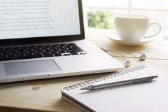 Penna och anteckningsbok med bärbara datorn Inspirationögonblick, workspace Royaltyfri Fotografi