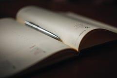 Penna och anteckningsbok upp slut Arkivbild