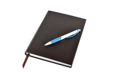 Penna och bok som isoleras på vit bakgrund Fotografering för Bildbyråer
