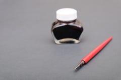 Penna och färgpulver Arkivfoto