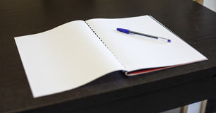 Penna och förskriftsbok - skrivbordsarbete Royaltyfri Bild