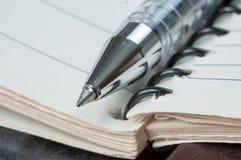 Penna och gammal anteckningsbok Arkivfoto