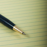 Penna och lagligt block royaltyfria bilder