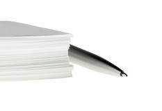 Penna och många papper Arkivbild