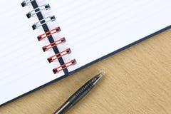 Penna och mellanrum öppnad anteckningsbok Royaltyfri Foto