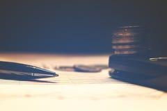 Penna och räknemaskin med det Thailand myntet på skrivbordsarbete, summarisk repo Royaltyfri Foto