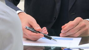 Penna och räknemaskin på tabellen arkivfilmer