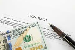 Penna på avtalslegitimationshandlingar och oss dollar Royaltyfri Bild