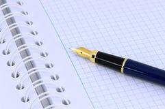 Penna på en öppen anteckningsbok Royaltyfria Foton