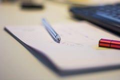 Penna på ett ark Arkivbild
