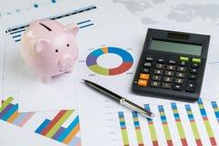 Penna på högen av det pappers- diagrammet och grafen med räknemaskin- och rosa färgpi Royaltyfria Foton