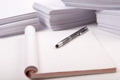 Penna på notepaden med kopia-utrymme Fotografering för Bildbyråer