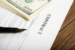 Penna på avtalslegitimationshandlingar och oss dollar Arkivfoton