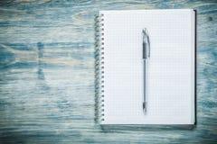 Penna quadrata del blocco note sul concetto dell'ufficio del bordo di legno Fotografia Stock