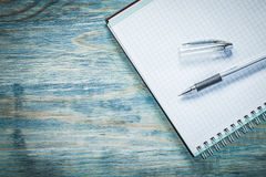 Penna quadrata del quaderno sul concetto dell'ufficio del bordo di legno Immagini Stock