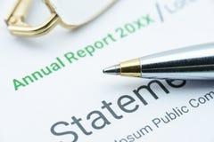 Penna a sfera blu sul rapporto annuale di un'associazione Immagine Stock