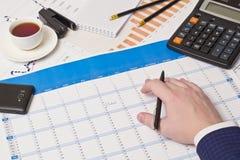 Penna a sfera, calcolatore, mano Fotografie Stock Libere da Diritti