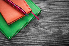 Penna a sfera dei taccuini sul concetto d'annata dell'ufficio del bordo di legno Immagine Stock