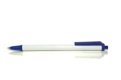 Penna a sfera su bianco con il percorso di residuo della potatura meccanica Immagine Stock Libera da Diritti