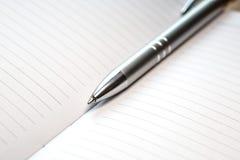 Penna som ligger på anteckningsboken Royaltyfria Foton