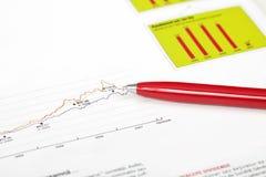 Penna sopra il grafico di affari Immagine Stock