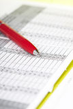 Penna sopra il grafico di affari Fotografia Stock