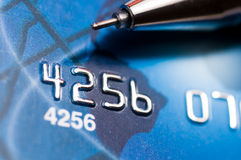 Penna sopra la carta di credito fotografie stock