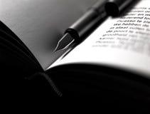 Penna stilografica classica che si trova su un libro Fotografie Stock