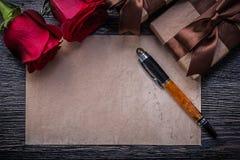 Penna stilografica di carta d'annata dei contenitori di regalo delle rose rosse Immagine Stock Libera da Diritti