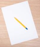 Penna su un foglio di carta bianco Fotografia Stock Libera da Diritti
