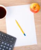 Penna su un foglio di carta bianco con la mela Immagine Stock Libera da Diritti