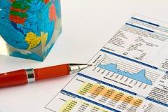 Penna su una priorità bassa dello schema di finanze. Fine in su Fotografia Stock