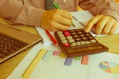 Penna sui conti di lavoro di ufficio con il computer di uso dell'uomo per conservare i dati nel fondo Concetto di contabilità Man Immagini Stock Libere da Diritti