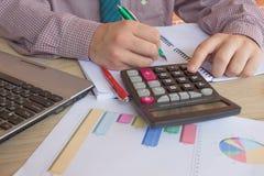 Penna sui conti di lavoro di ufficio con il computer di uso dell'uomo per conservare i dati nel fondo Concetto di contabilità Man Immagine Stock