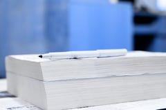 Penna sui libri Immagine Stock