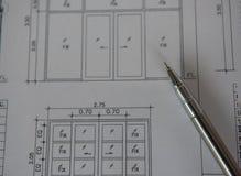 Penna sui modelli Concetto di ingegneria ed architettonico dell'alloggio Fotografie Stock Libere da Diritti