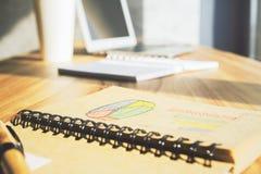 Penna sul blocco note con il grafico Immagini Stock