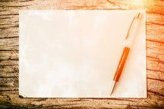 Penna sul fondo di carta di struttura con luce ed il chiarore Affare c Fotografia Stock Libera da Diritti