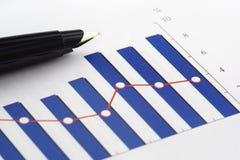 Penna sul grafico della colonna Immagine Stock