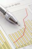 Penna sul grafico positivo dei guadagni Immagini Stock Libere da Diritti